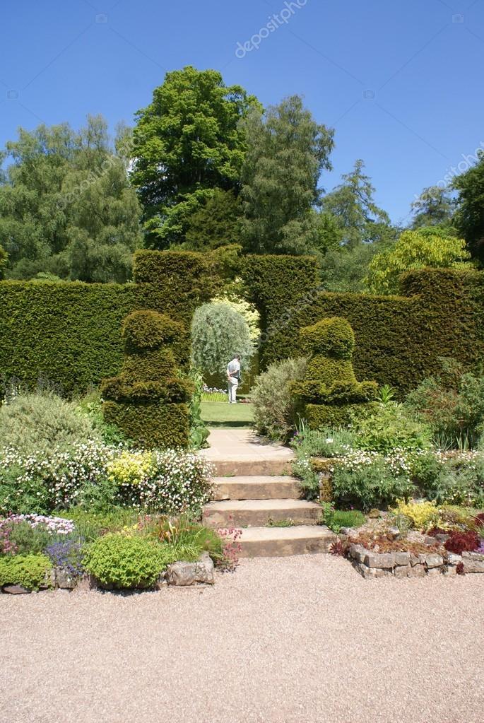 Entr e jardin topiaire photographie rose4 82830166 - Jardin topiaire ...