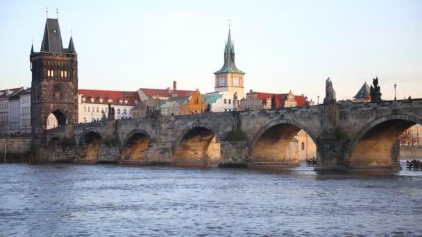 Karlův most přes Vltavu v zimním západu slunce, pouze pěší most, Praha, Česká republika