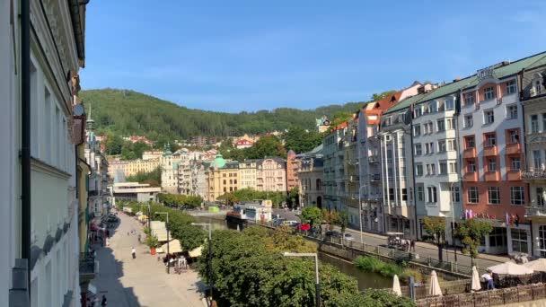 Karlovy Vary - 13.09.2021: Pohled na staré město Karlovy Vary nebo Karlovy Vary s turisty, Česká republika, Evropa