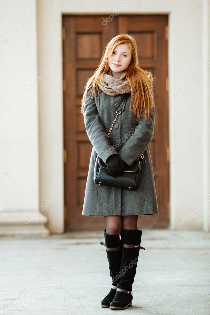 scarpe sportive 8c446 382c8 Ritratto integrale di giovane bella donna di redhead indossa ...