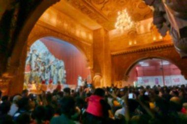 Durga Puja pandalının içinde tanrıça Durga putuna tapıldığına dair bulanık bir görüntü, gece renkli ışıkta çekiliyor. Hinduizm 'in en büyük festivali. Kolkata, Hindistan.