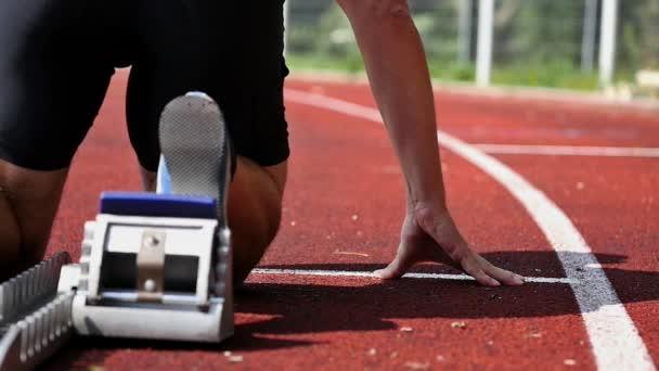 Sprint start v trati s běžec
