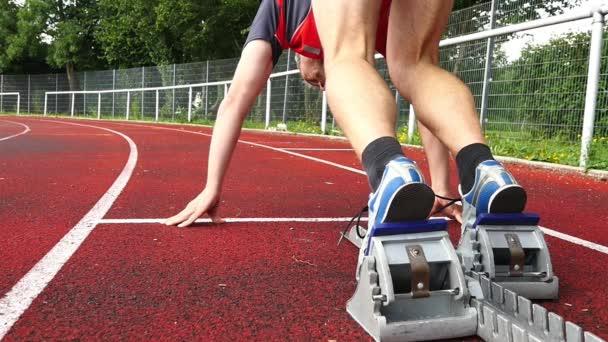 Inizio sprint in pista con il corridore