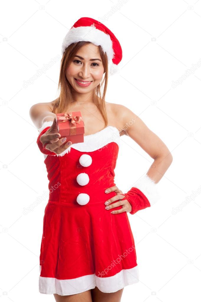 0d25b4b1087b Ragazza asiatica di Natale con Babbo Natale vestiti e contenitore di regalo  rosso isolato su priorità bassa bianca — Foto di Halfbottle