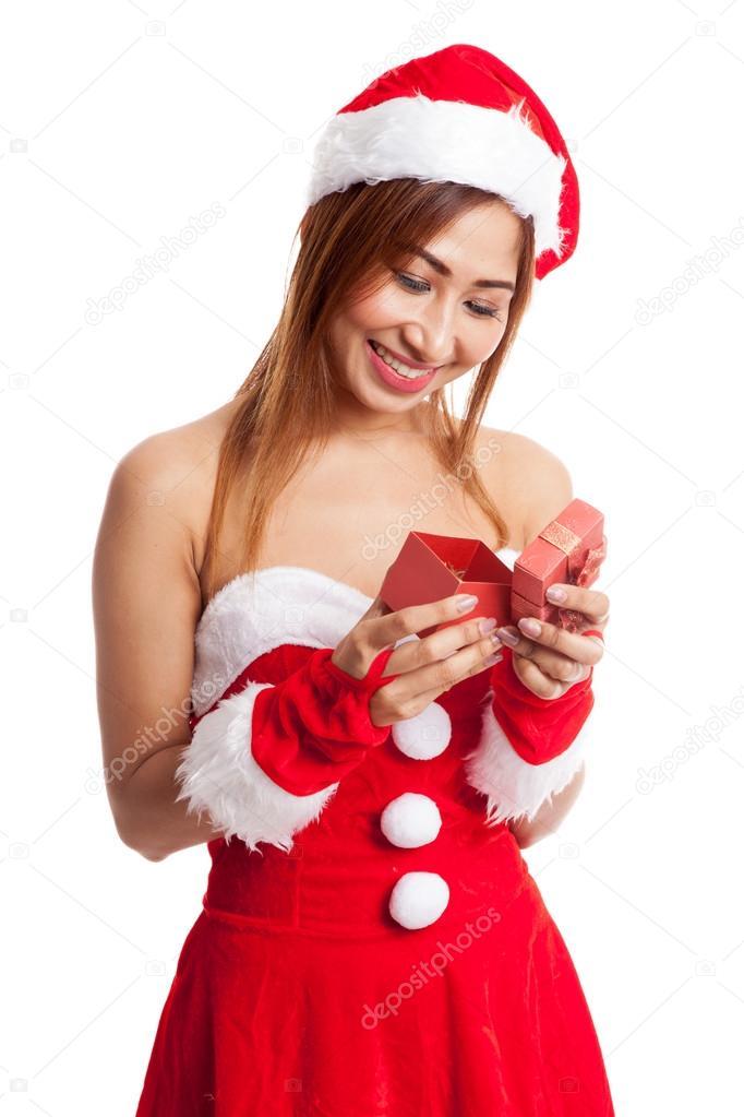 9a0dfae16192 Ragazza asiatica di Natale con Babbo Natale vestiti e contenitore di regalo  rosso isolato su priorità bassa bianca — Foto di ...