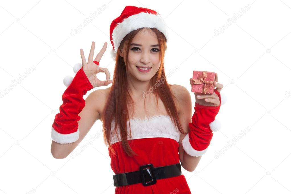 ffb231948e2b Show girl Asian Babbo Natale Ok e contenitore di regalo isolato su priorità  bassa bianca — Foto di ...