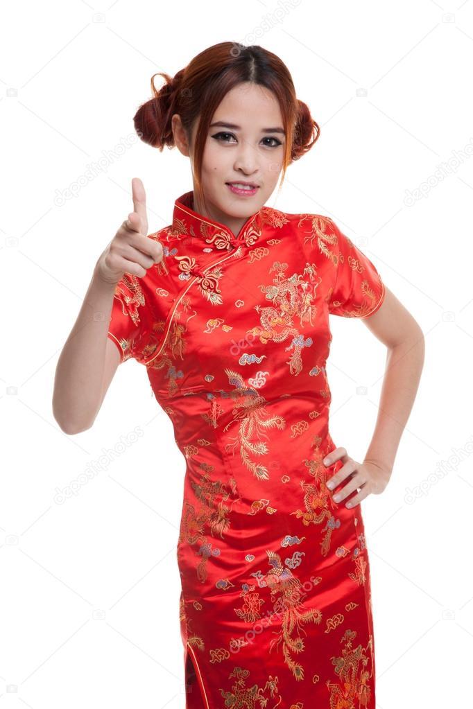 d42864f0132e Asiatisk tjej i kinesiska cheongsam klänning isolerade på vit bakgrund —  Foto av Halfbottle