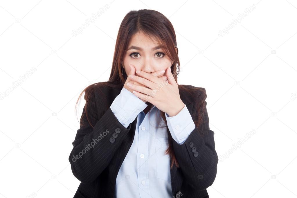 Junge asiatische geschäftsfrau schockiert und den Mund zu schließen ...