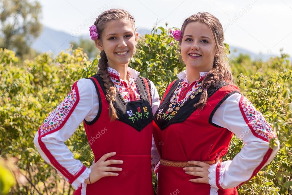 Rozovo, Bulgarie - 6 juin 2015 - rose cueillette rituel dans le village de  rozovo. des gens habillés vers le haut dans un folklore traditionnel  costumes ... 535de38daae