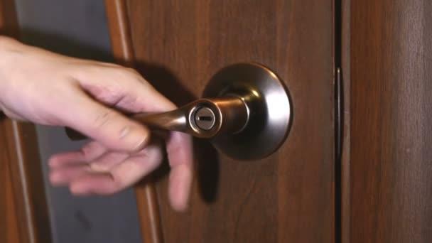 otevření dveří do místnosti se světlem