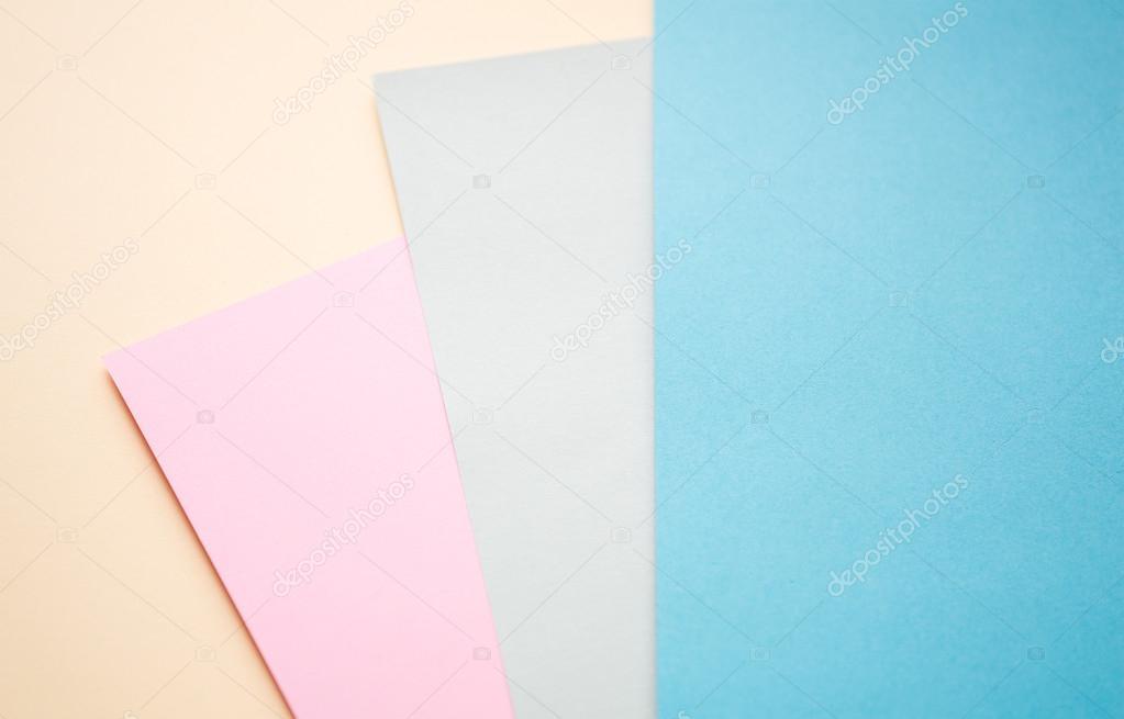 Geometrische Kompositionen mit Blatt Papier in Pastell und blaue ...