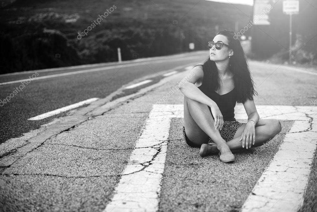 брюнетка длинные волосы дорога чемодан черно белое фото