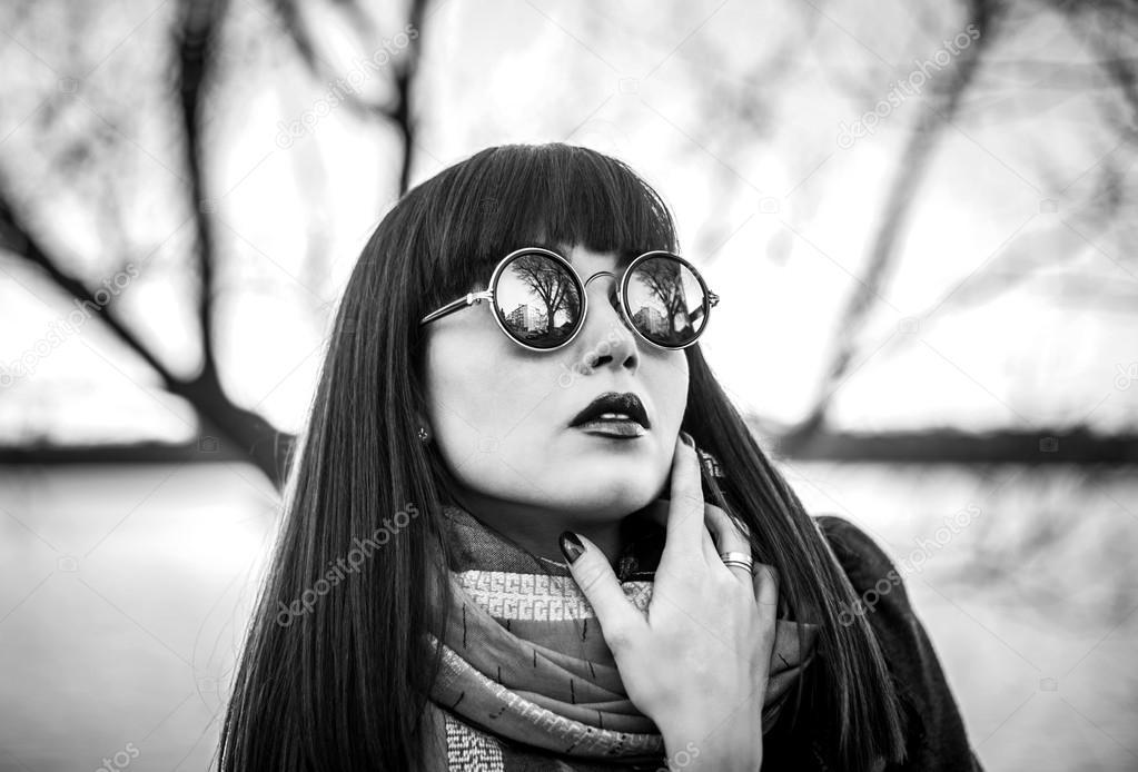 Фото брюнетка в очках с длинными волосами