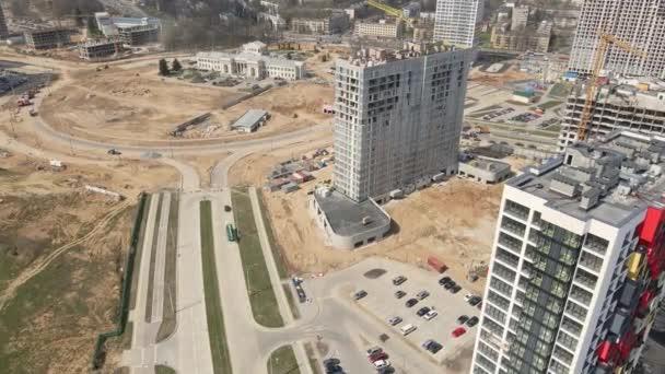 Moderní rozvoj měst. Stavba s vícepodlažními budovami ve výstavbě. Stavební práce jsou v plném proudu. Letecká fotografie
