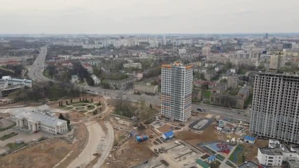 Let nad staveništěm. Natočeno širokým záběrem s otočenou kamerou. Výškové budovy ve výstavbě a stavebních jeřábech jsou viditelné. Letecká fotografie.