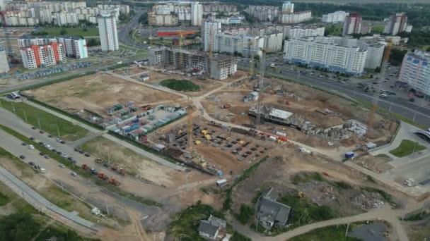 Luftaufnahme der Baustelle. Beginn des Baus eines modernen Stadtblocks. Baukräne sind auf der Baustelle.