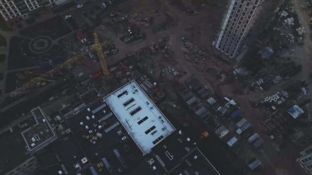 Staveniště městských bloků. Vícepodlažní budovy. Městská krajina při východu slunce. Letecká fotografie.