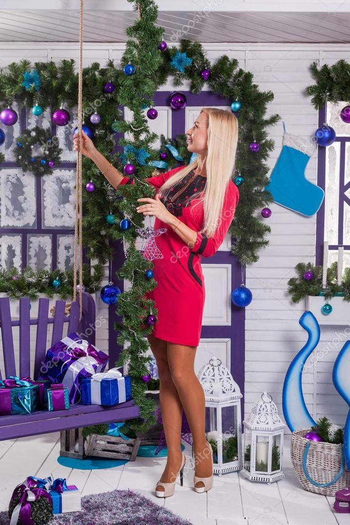 Rubia En Blanco Decoraciones De Navidad En La Terraza Junto