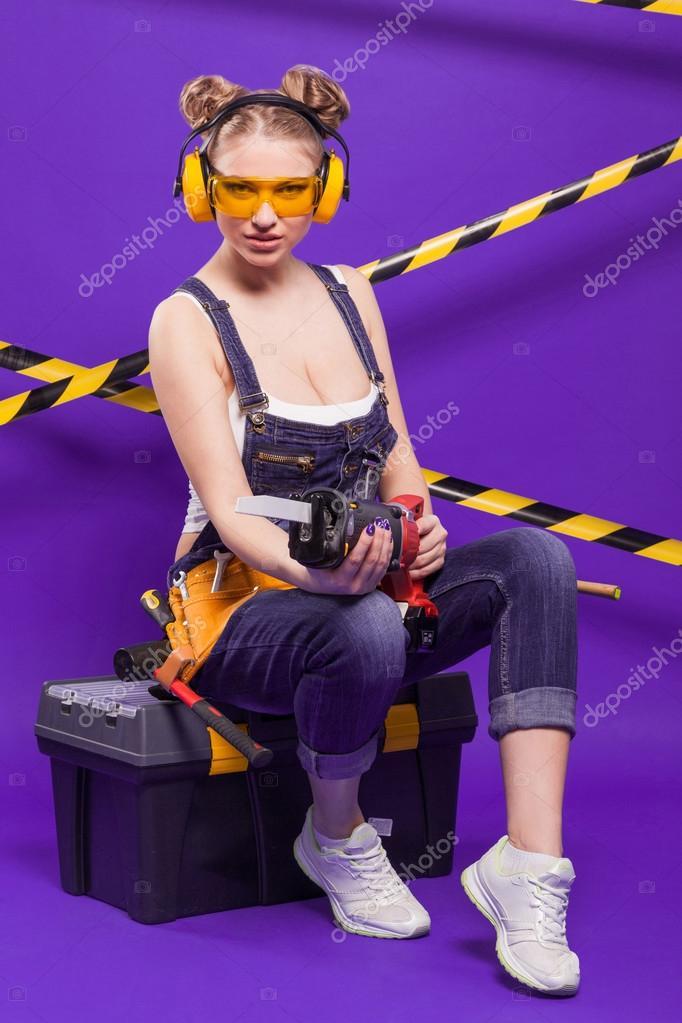 Femme blonde sexy sur un fond violet avec une scie - Comment couper droit avec une scie sauteuse ...