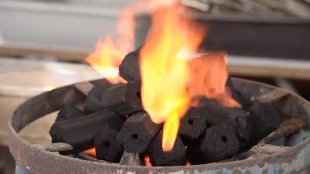 Dřevěné uhlí plamenem