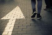 Fotografie Pfeil geradeaus Straße mit walking Menschen in dunklen Jahrgang zu