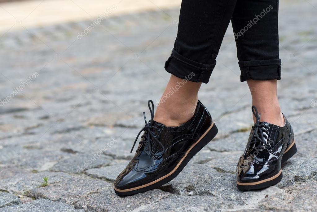 9824c95a Cerca de elegantes zapatos mujer. Publicidad de calzado - publicidad  zapatos mujer — Foto de ...