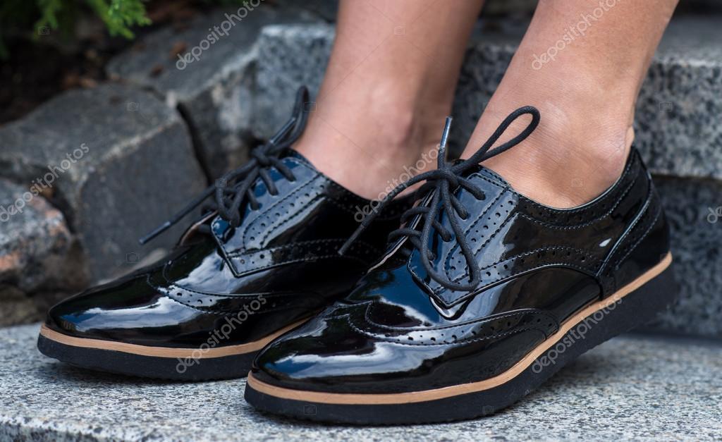 e37f8506 Cerca de elegantes zapatos mujer. Zapatos al aire libre publicidad ...