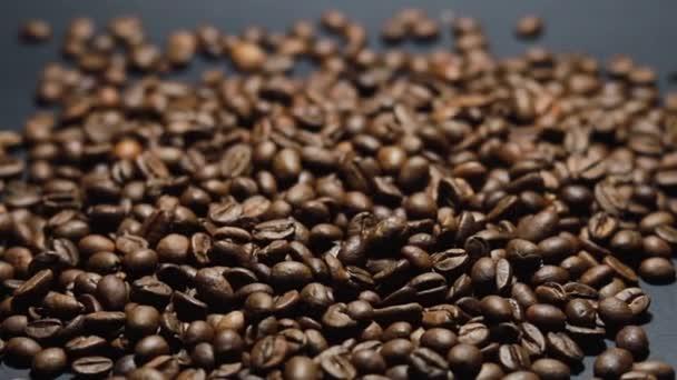 Pražená kávová zrnka. Vůně kávových zrn se pomalu svitky kolem fotoaparátu. Pomalý pohyb Uzavření celých pražených kávových zrn.