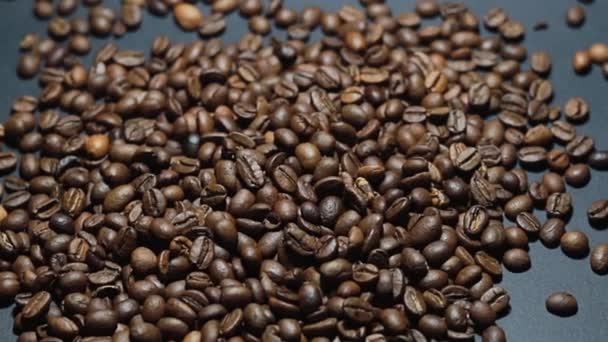 Sült kávébab. Az illatos kávébab lassan tekereg a kamera körül. Lassú mozgás Az egész pörkölt kávébab bezárása.