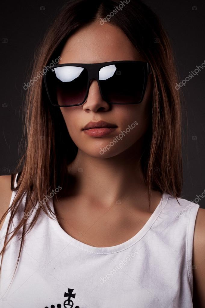 Belle jeune mannequin avec des lunettes de soleil de grandes lunettes-près  — Image de Whiteshoes911 e668e2901e94