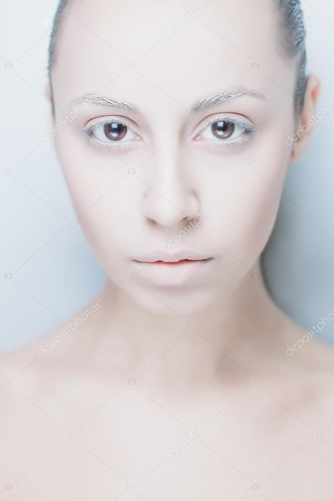 Zimowy Glamour Kobieta W Białe Futro I Makijaż Artystyczny Zdjęcie