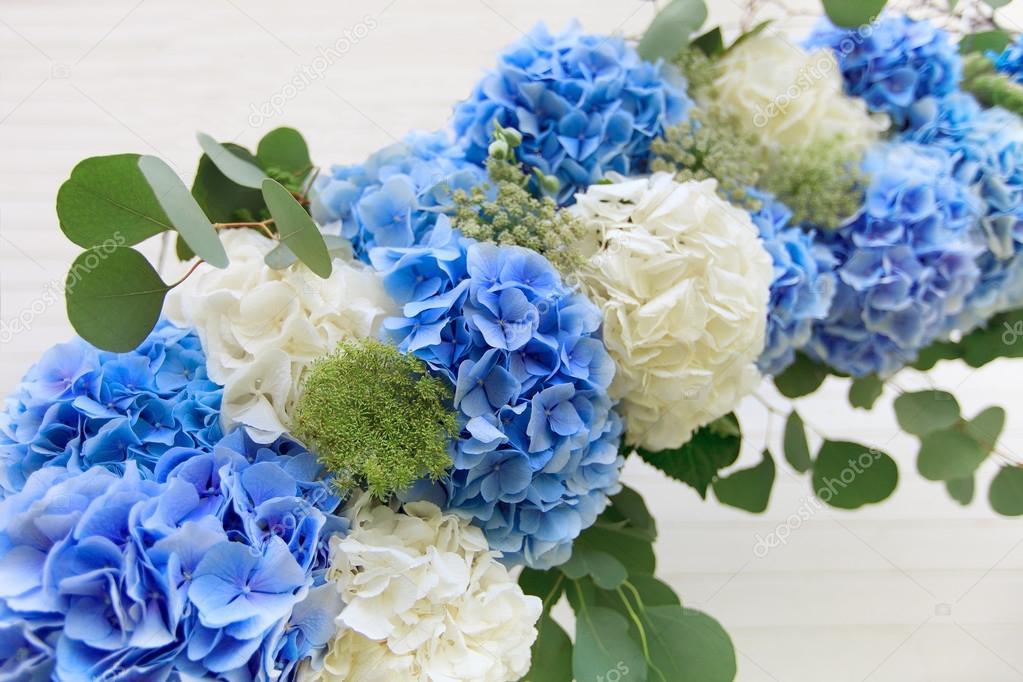 Hochzeit Bogen Von Weissen Und Blauen Blumen Stockfoto