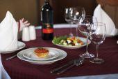 červený kaviár a salát na stůl
