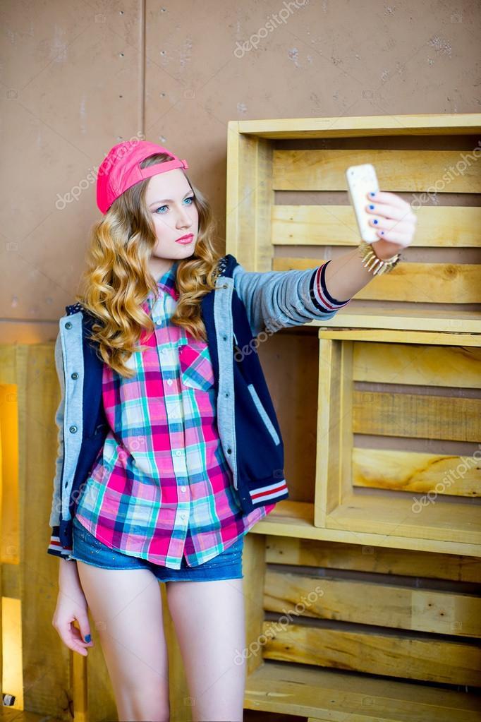 bba8e906fb Dziewczyna w ubrania młodzieżowe — Zdjęcie stockowe ...