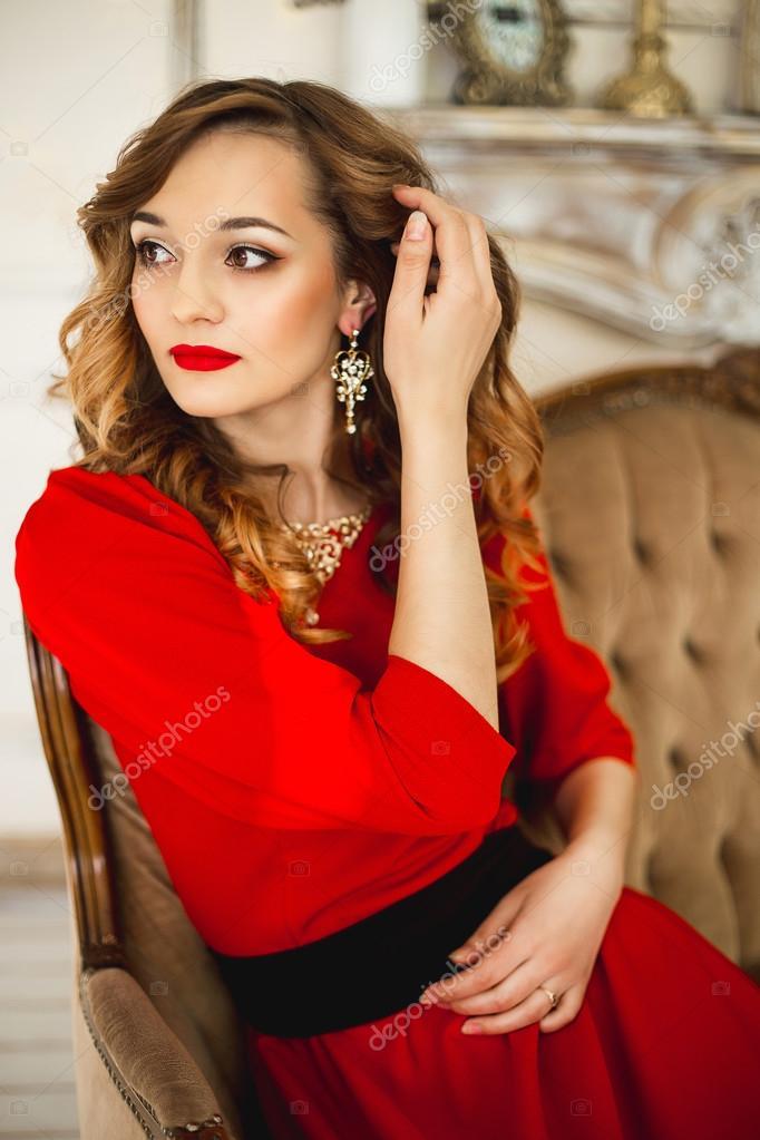 Красное платье черная бижутерия