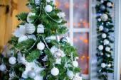 Vánoční jedle v bílé květy
