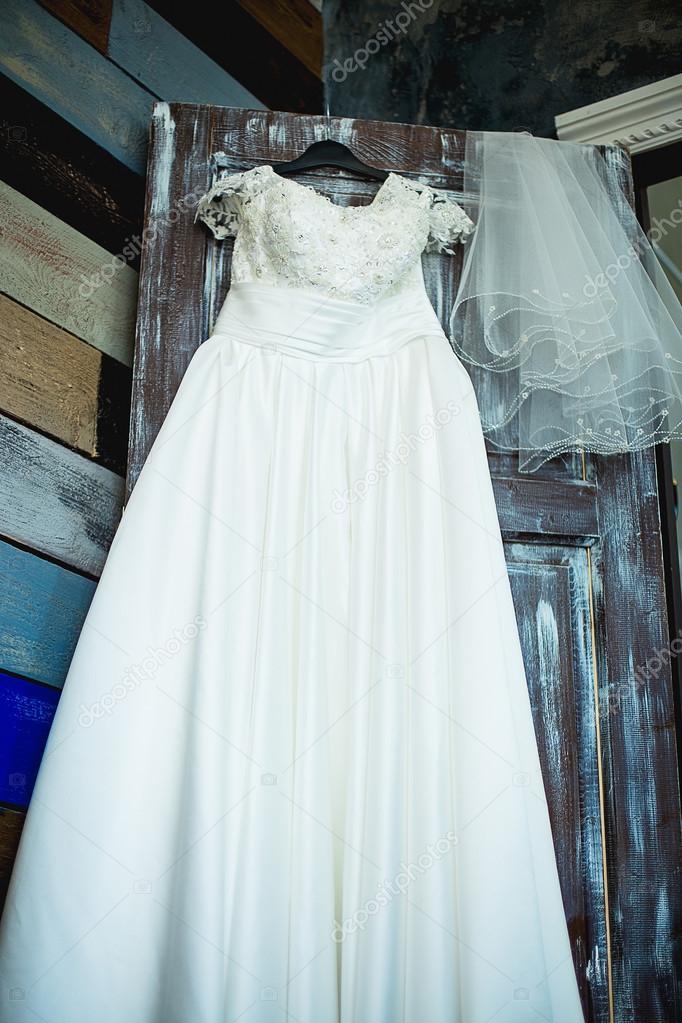 vestido de novia en una puerta — fotos de stock © lenanichizhenova