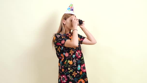 Reife junge Frau fotografiert mit einer Retro-Kamera.