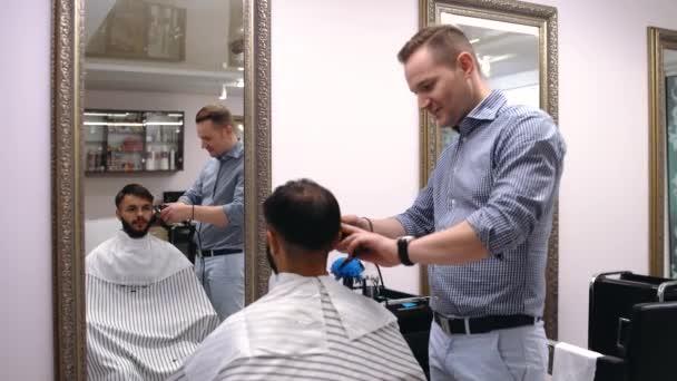 Männlich kunde bekommen haarschnitt von friseur.