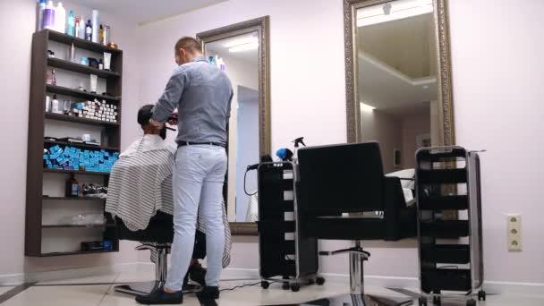 Den Haarschnitt perfekt aussehen lassen.