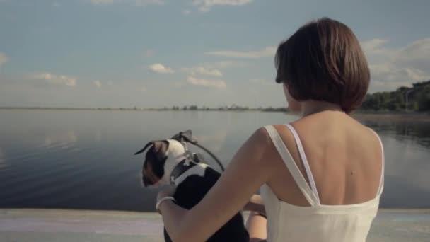Mladá žena s anglický bulteriér štěně
