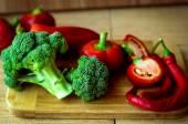 čerstvá zelenina na prkně