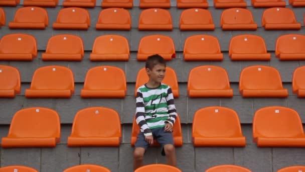 chlapec přísahá fotbalový tým, protože jí chybí cíl, tým prohraje, fanouši naštvaná