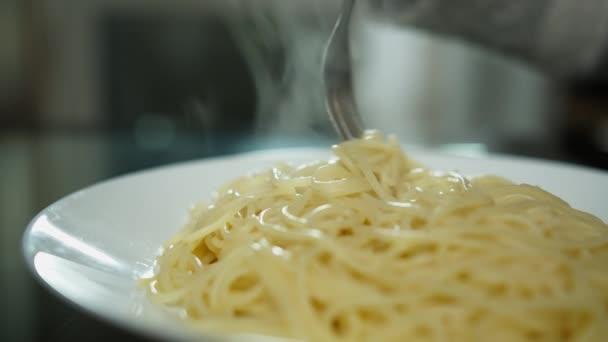 Frau isst Pasta, Teller mit heißer Pasta in Nahaufnahme, Italienische Küche