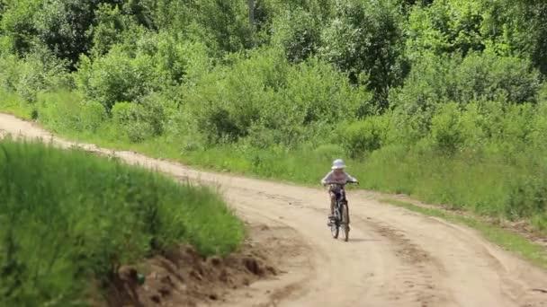 Fiú kerékpározás, lovaglás, a kamera