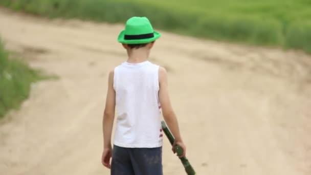 chlapec hrát ve válce s špuntovky