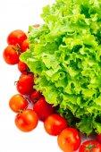 Salat und Tomaten isoliert auf weiß