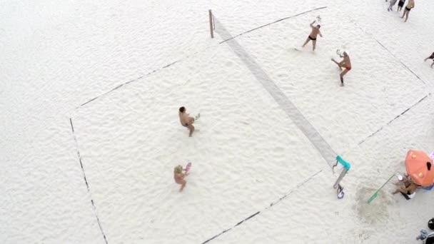 Lidí, kteří hrají volejbal