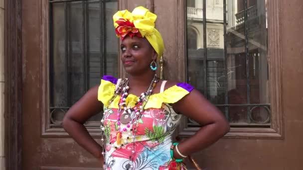 Atraktivní mladá žena v Havaně