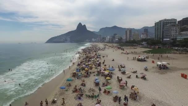 Dav lidí na pláži Ipanema